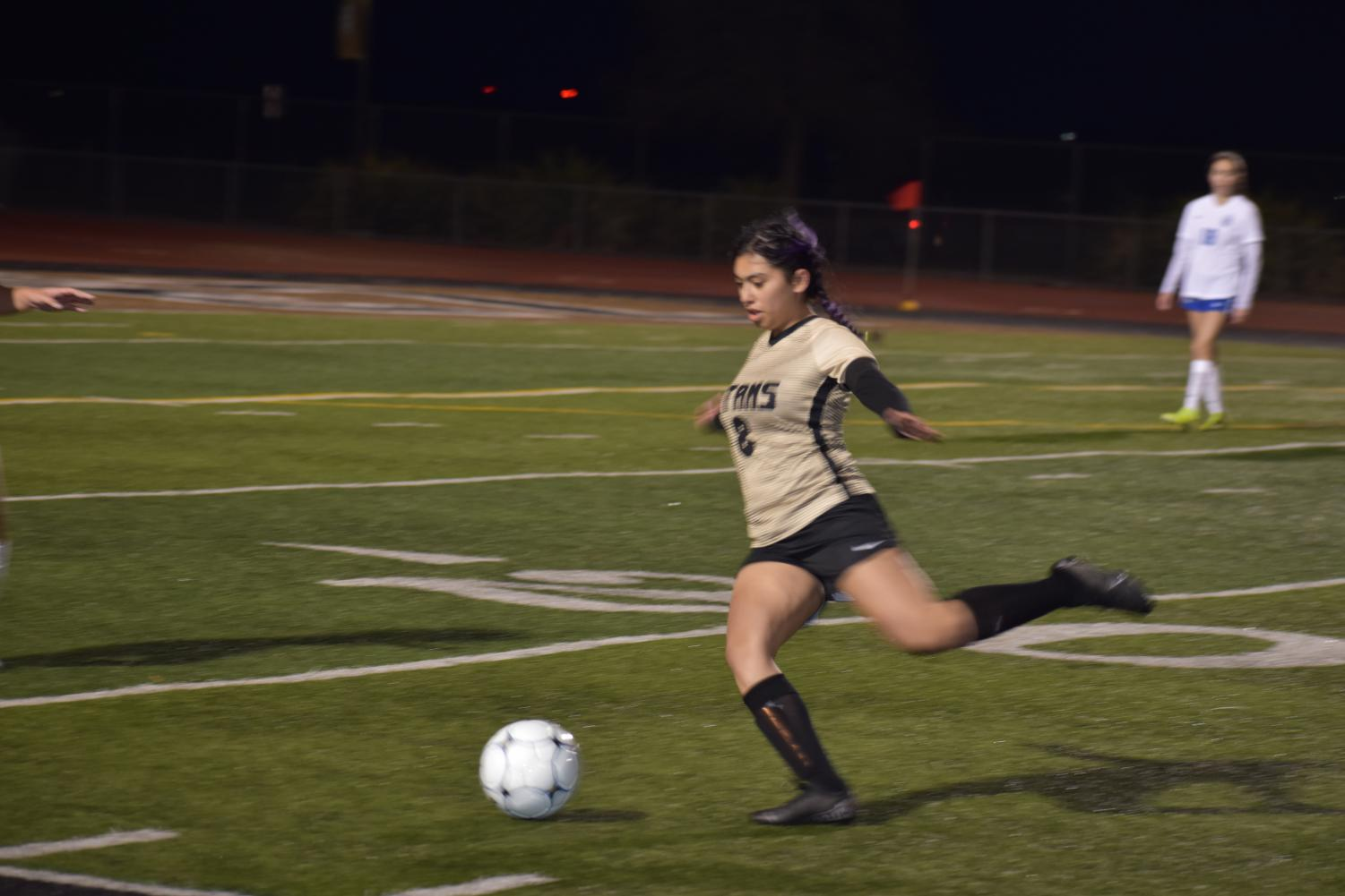 Ariel Ochoa (junior) lets loose a through ball to the front line.